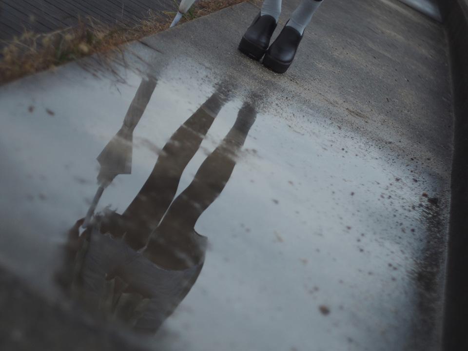 梅雨空の水たまり